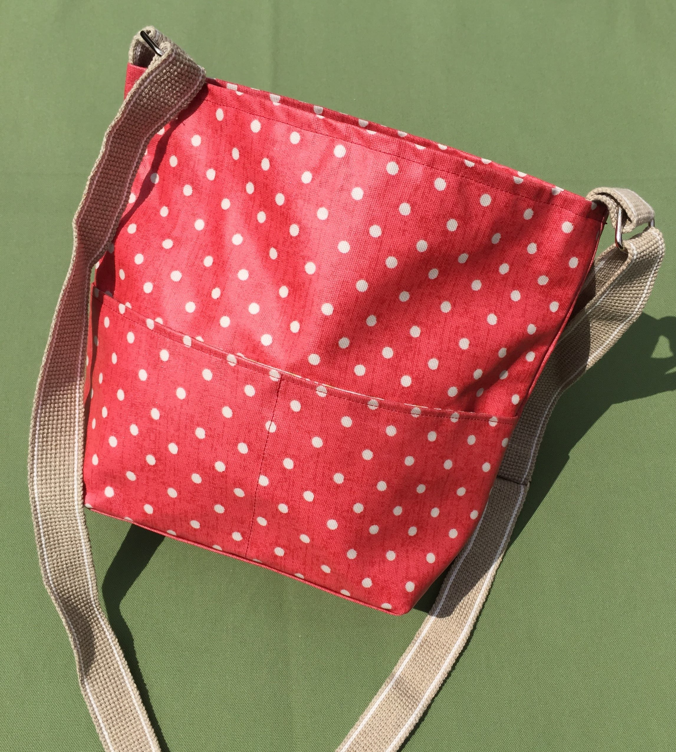 https://sites.google.com/a/handmadebymelinda.co.uk/handmadebymelinda/home/shop/bags/messenger-bags-1/ms0084-raspberry-floral-adjustable